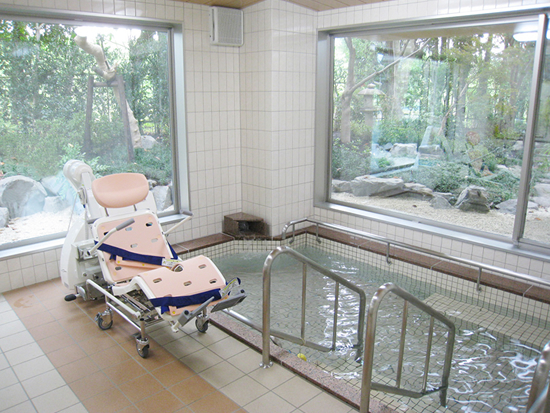 露天風呂感覚でゆったりくつろげる浴室